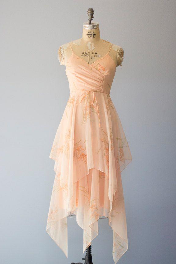 Vintage jaren 1970 flowy perzik jurk met bloemenprint. Gemaakt van pure chiffon met ingerichte bodice, spaghetti bandjes, dubbel gelaagde rok en rits