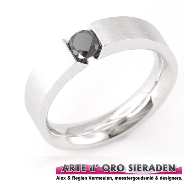 Witgouden ring met zwarte briljant geslepen diamant, uit eigen atelier. Deze briljant ring is handgemaakt door meestergoudsmid Alex Vermeulen.