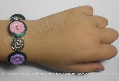 браслет из пуговиц  http://moreidey.ru/ukrasheniya/tsvetochnyie-brasletyi-iz-pugovits-svoimi-rukami.htm
