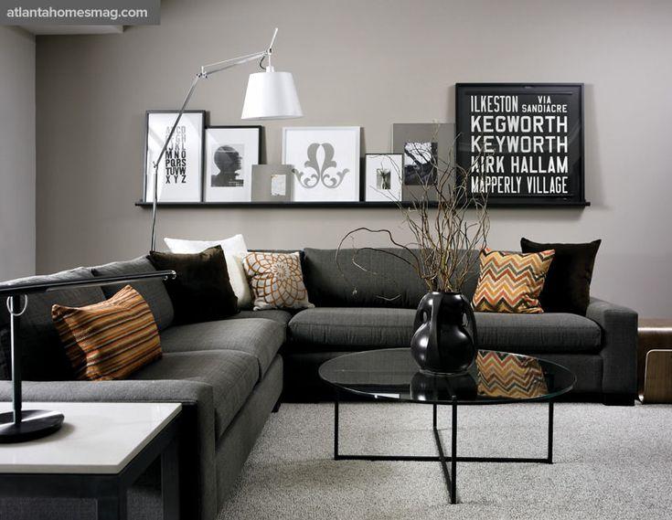 Receber em um apartamento pequeno também é possível. Nesta sala, os quadros foram bem expostos, almofadas de seda e veludo trazem a sofisticação a sala.