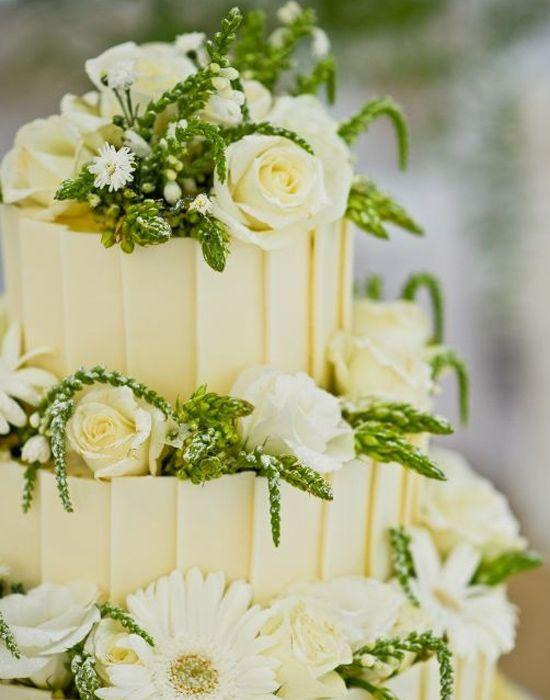 白をベースに緑の植物をあしらうのもあり◎ガーデンスタイルの結婚式にピッタリ♡グリーンのウェディングケーキまとめ一覧♡