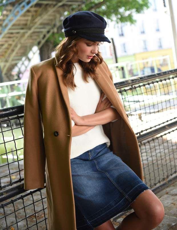 Comment s'habiller à 50 ans ? La jupe en jean chicLook Promod :Manteau camel, 129,95€. Pull, 39,95€. Jupe, 29,95€.
