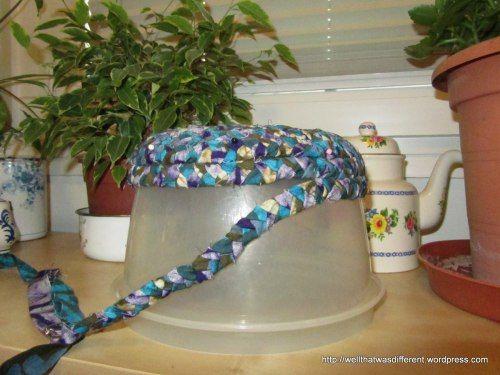 Coser las tiras juntas para hacer una cesta.  Puede ser útil para cubrir a lo largo de un forma de cuenco para obtener la curva justo.