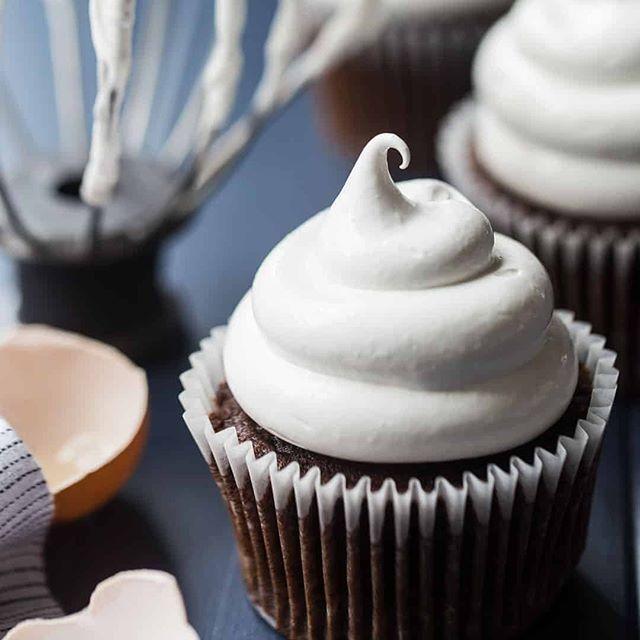 Glaçage au chocolat facile: moelleux, riche, et fouette si vite! -Baking un moment   – Chocolate Cakr Frosting