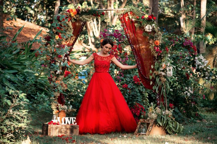Red wedding dress and interesting arch Goamoon.ru