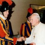 El Papa Juan Pablo II y un gesto de humildad para con el guardia suizo