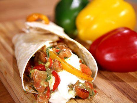 Fajitas fyllda med falukorv, paprika, avokadosalsa och vitlöksdressing. Serveras i tortillabröd.