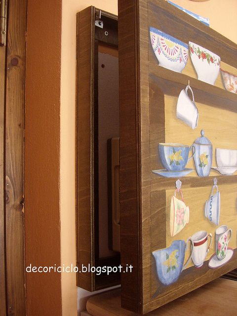 scatola copri-citofono trompe-l'oeil, con compensatoo di recupero, decorata con pittura e découpage