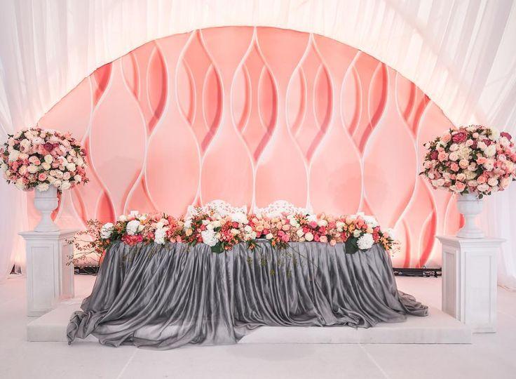 В оформлении свадьбы использовались глубокий серый и яркий коралловый цвета. В сером угадывается сила и уверенность мужчины, в коралловом – игривость и чувственность женщины.  Idea, planner, concept: @weddingpeople  Photo: @katia.romanova, @helen.emelyanova, @mariia_t Decor: @lidseventhouse  #свадьба #свадебныйдекор #свадьбавмоскве #организациясвадьбы #свадебноеагенство  #wedding #weddingday #weddingvip #weddingdecor #groom #bride #lovestory #loveyouforever #бесконечность #осень