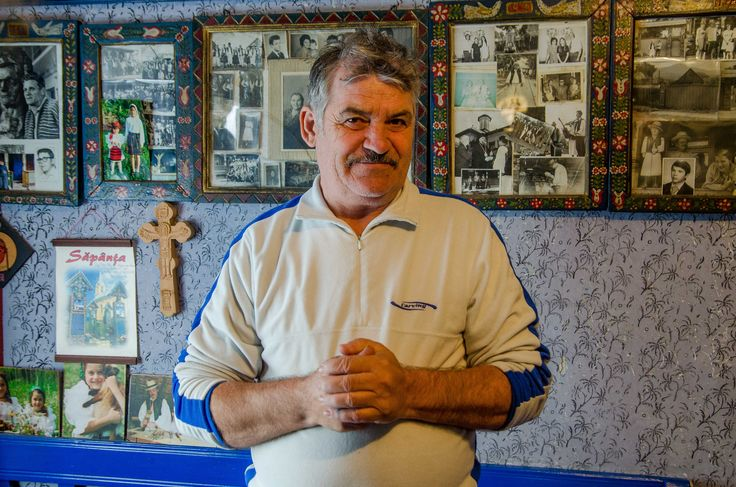 """""""Acum popa s-a făcut patronul cimitirului, el face prezentarea și atunci i-am spus: dragul meu eu nu mai ma bag! Pana la o adică, el n-are voie, el este un manager, nu este un istoric al cimitirului. """"  Continuarea poveștii o găsești pe: http://zigzagprinromania.com/sapanta-mestesugar/"""