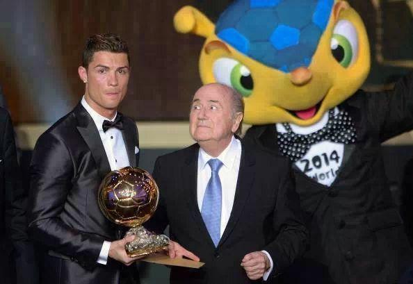 CR .. B... Y La MaSCOTA DE LA FIFA