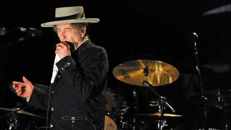 """De Amerikaanse singer-songwriter Bob Dylan wint de Nobelprijs voor Literatuur. Dat maakt het Zweedse Nobelprijscomité bekend. """"Hij heeft nieuwe poëtische uitdrukkingen uitgevonden in de al rijke Amerikaanse liederentraditie."""" Zo motiveert het comité haar keuze."""