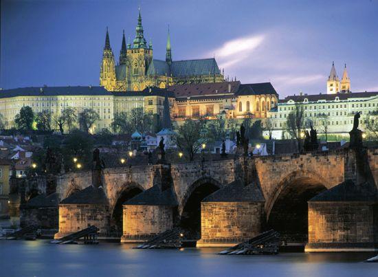 Situada en el corazón de Europa, Praga es una ciudad llena de contrastes y de mezclas de estilos. Puedes descubrir edificios y lugares sorprendentes que encontrarás al final de cada calle o al acceder a cualquiera de sus plazas. Aunque en la actualidad la República Checa está totalmente integrada en Europa y Praga destaca como una de las ciudades europeas más visitadas, la ciudad ha sufrido multitud de cambios y reconstrucciones a lo largo de las últimas décadas. http://blog.GustavoyEly.com