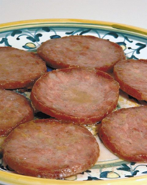 """Salame con l'aceto - 1 salame (poco stagionato), aceto 4 cucchiai -Tagliate a fette piuttosto grosse il salame e togliete la """"pelle"""" esterna. - Sistemate le fette in una padella antiaderente e fatele cuocere, girandole di tanto in tanto, per 5 minuti con il solo grasso che fuoriesce nel corso della cottura. Aggiungete l'aceto e proseguite la cottura a fuoco basso per circa 10 minuti, lasciando parzialmente evaporare l'aceto -Servite il salame caldissimo con polenta arrostita o patate lessate"""