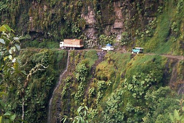"""Oficialmente conhecida como Camino a Los Yungas, a estreita estrada que liga a região dos Yungas a La Paz, capital do país, tem cerca de 3 metros de largura e fica a aproximadamente 600 metros de altura do nível do mar. Estima-se que 95 pessoas percam a vida no perigoso """"caminho da morte"""" anualmente."""