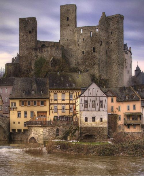 Burg Runkel (Runkel Castle), Runkel, Limburg-Weilburg, Hesse, Germany.... www.castlesandmanorhouses.com ... A ruined hill castle from the High Middle Ages. It consists of an upper or main castle and a lower castle.