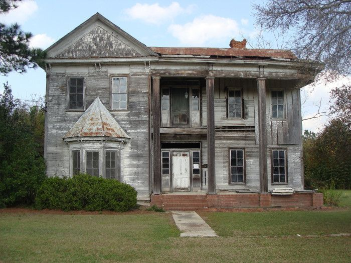 Old House in Sycamore, GA. This home was found off HWY 41 in Sycamore, Georgia. It seems that this house was once a glorious one back in its hay day. #AbandonedMansions