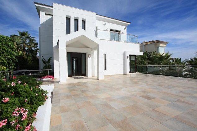 Kép forrása: http://modern-villas.com/images/Spain/Marbella/LaQuinta/34004l/01-Modern%20villa%20in%20La%20Quinta,%20Nueva%20Andalucia%20Marbella.jpg.