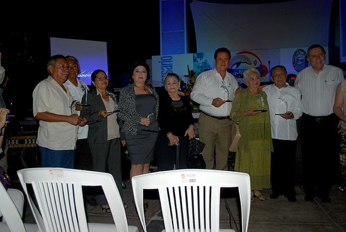 Algunos galadornados y sus familiares se toman la foto del recuerdo con el rector Sergio Augusto López Peña