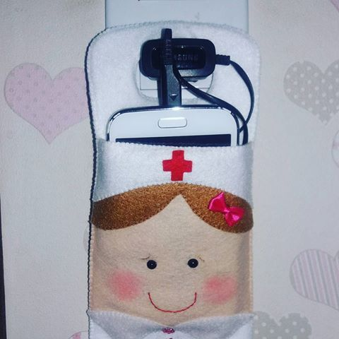Tem porta carregador de celular em feltro de Enfermeira também #apaixonadasporfeltro #feltro #enfermagem #enfermeira #felt #feltrosantafe #eusóusofeltrossantafe #feitoamao #personalizados #brasil