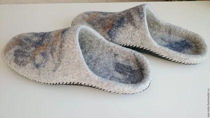 Купить или заказать Валяные тапки мужские в интернет-магазине на Ярмарке Мастеров. Тапки из на натуральной овечьей шерсти(Новозеландский кардочес). Подошва из натуральной кожи прошита вощеным шнуром. Обувь из войлока обладает полезными свойствами:она создает максимальный комфортный климат для ног,оказывает массажный эффект.Ноги не потеют,не мерзнут. Микро массаж который осуществляется покалыванием волокон шерсти улучшает циркуляцию крови,ноги быстро согреваются.