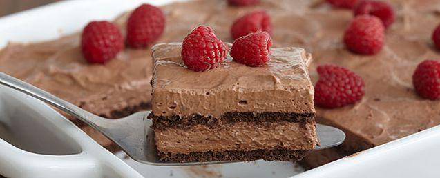 Μια πολύ εύκολη, για αρχάριους και γρήγορη συνταγή για ένα υπέροχο Σοκολατένιο γλυκό που δεν απαιτεί ψήσιμο. Ένα γλυκό με στρώσεις μπισκότων και ανάλαφρηγ
