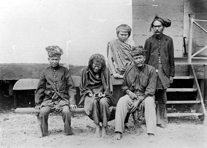 Cut Nyak Dhien after being captured bu Dutch.  File:COLLECTIE TROPENMUSEUM Groepsportret met Cut Nyak Dhien de vrouw van Teuku Umar na haar gevangenneming TMnr 10018822.jpg