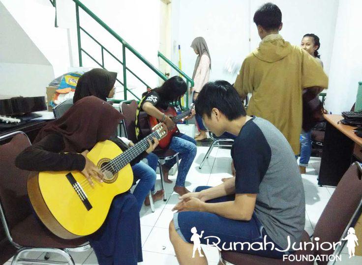 Musik Adalah Bahasa Universal  Rumah Junior melatih dan memberikan kursus musik dan vokal GRATIS kepada anak Pra-sejahtera Setiap Hari Senin Pukul 13.00 - 16.30 WIB