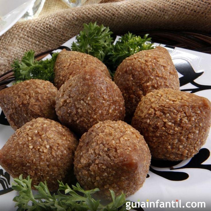 Cocina árabe para la familia. Receta de Kibe, Kibbe o kibbeh para los niños. Guiainfantil.com nos ofrece la receta de kibbe, uno de los platos más populares de la gastronomía árabe.