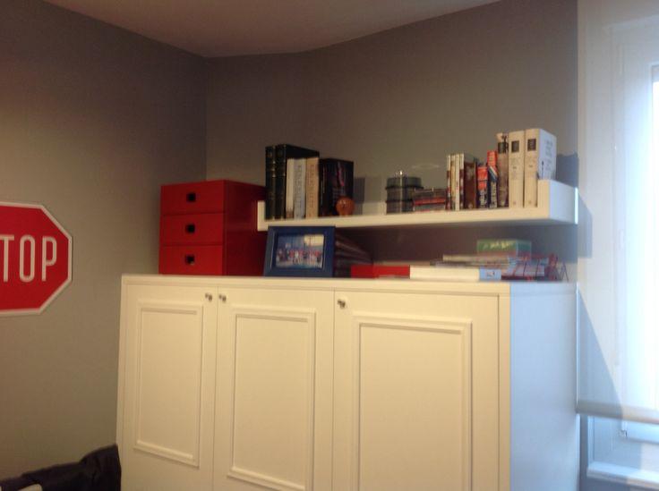 El armario no se hizo hasta techo para no agobiar la estancia...