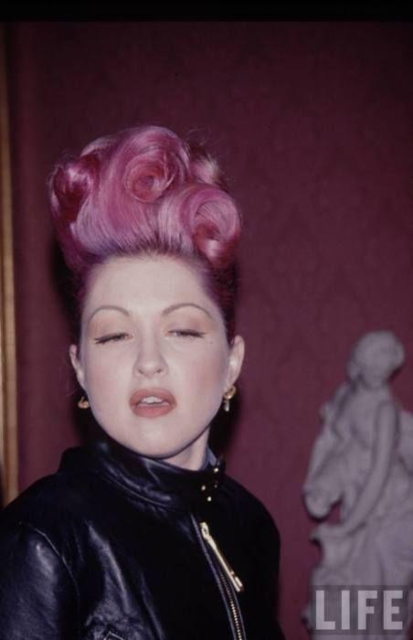 Cyndi Lauper e i suoi capelli rosa shocking per LIFE