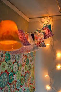 guirnaldas luminosas con vasos de plástico y telas