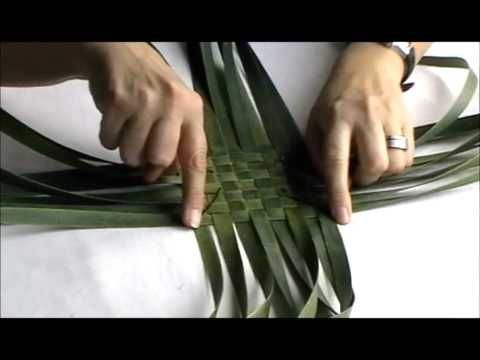"How to make a simple ""flax"" as in New Zealand Flax [a long leathery strappy leafed plant , not European flax] purse - YouTube"