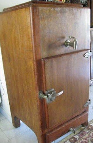 Οι κολώνες του πάγου που τις έφερνε ο παγοπώλης με την τρίκυκλη μοτοσυκλέτα του και τις κουβάλαγε με εκείνο το περίεργο εργαλείο γάντζο, αργοέλιωναν στο κεφαλόσκαλο. Και η βρύση του ψυγείου είχε στο στόμιο της τυλιγμένο ένα λευκό τουλπάνι σα φίλτρο. Που ηλεκτρικά ψυγεία. Αργότερα θυμάμαι κάτι ΠΙΤΣΟΣ ΙΖΟΛΑ και ΚΕΛΒΙΝΕΙΤΟΡ.