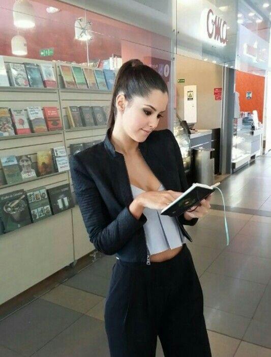 Paulina Vega, nuestra actual Miss Universo como siempre luciendo bella con este espectacular outfit.