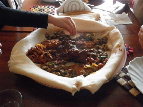 ETHOPIAN MEAIL: Los senderos gira africana por Senderos Foodie te lleva en un viaje a través de las cocinas sub Sahariana, de Dakar en Senegal, a Dar es Salam en Tanzania y el sur de Ciudad del Cabo, que se encuentra en Sudáfrica. Pruebe las mezclas de especias, en un descubrimiento de comida africana en un viaje gastronómico a pie por Footscray o Dandenong. Sabores de África desde Senegal a Sudáfrica, en un tazón de fufu o un trozo de cecina, sólo una pequeña muestra de África.