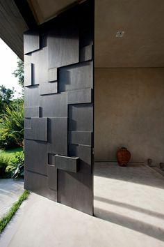 puerta de entrada pivotante moderna