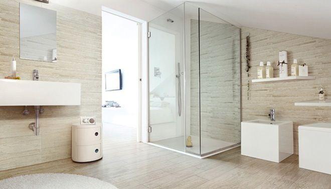 badkamer met tegels in houtstructuur