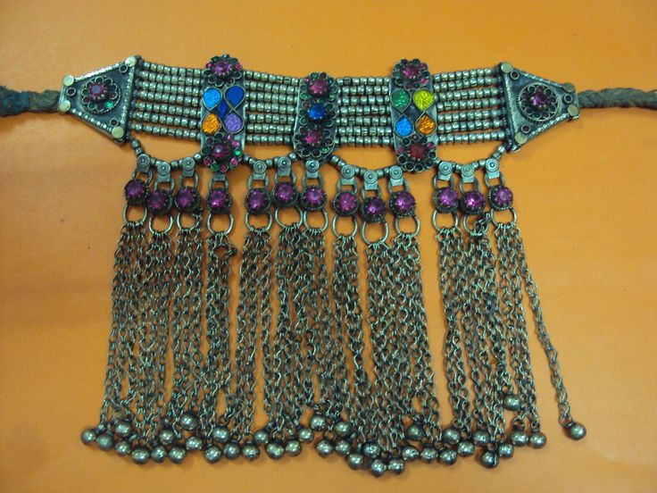 This is a beautiful choker, please do contact me. I have many more too. you can mail me at yahoo: squppal@yahoo.com