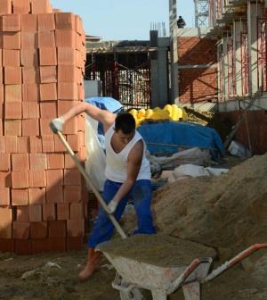 Pendik Belediyesi, işçi sağlığı ve güvenliği için Türkiye'de ilk defa inşaat işçilerinin giydiği atlet, şort vb. kıyafetleri yasakladı. İnşaatlarda uygunsuz elbiseyle çalışan her işçi için müteahhitler 184 TL para cezası alacak. Pendik Belediyesi yayınladığı yönetmelikle işçi sağlığı...      Kaynak: http://www.kartal24.com/2013/03/#ixzz2NN4mc6QE