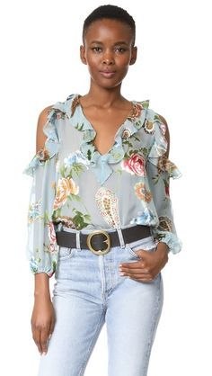 ¡Consigue este tipo de blusa con volantes de Alice + Olivia ahora! Haz clic para ver los detalles. Envíos gratis a toda España. Alice + olivia Gia Ruffle Cold Shoulder Blouse: This sheer alice + olivia blouse is crafted in gauzy crepe with flocked silk floral designs. Ruffled V neckline and cutout shoulders. Covered elastic cuffs. Fabric: Flocked crepe. 52% viscose/48% silk. Dry clean. Imported, China. Measurements Length: 23.5in / 60cm, from shoulder Measurements from size S (blusa con…