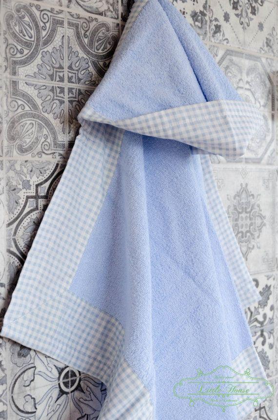 Hooded badstof handdoeken, gegarneerd met een katoen streep. Speelse kleuren voor de unieke zwemmen ervaring. Handdoek is perfect voor zowel voor pasgeborenen als voor oudere kinderen. Gebruik het niet alleen na het baden thuis, maar ook op het strand of naar het meer.  Handdoeken zijn genaaid in beperkte hoeveelheden, alleen een paar stukken.  Handdoeken zijn pluizige - gewicht van 400 g/m2. De binnenzijde van de kap - badstof. Outside - katoenen stof.  Afmetingen: 110 x 70 cm + kap (43 x…