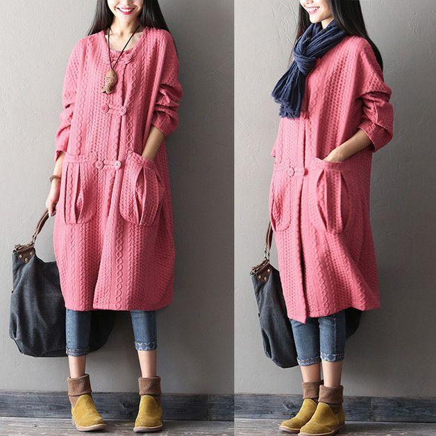 A faire avec tissu épais / tricot . Long gilet forme légèrement boule, 2 poches fantaisie à plis creux, boutonnage système buchettes.