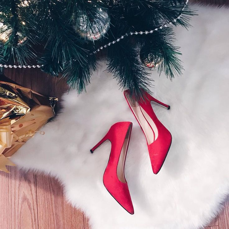 Buongiorno ragazze! 😘 Nuovo post online su Ellysa: In a Christmas Mood- Scarpe rosse, abito nero e tanti regali 🎁 ❤️ link in bio #xmas #redshoes #scarpe