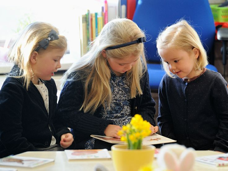 De eerste schooldag van Ariane haar zussen Amalia en Alexia ondersteunen haar.