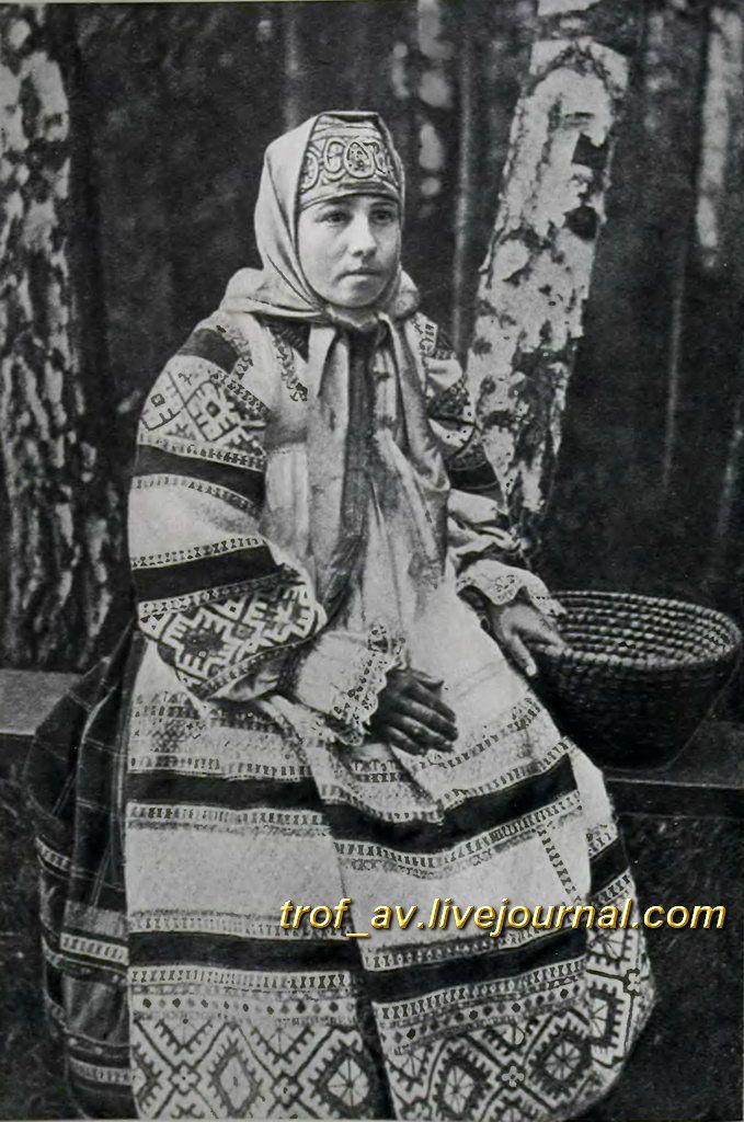oI< Женщина в праздничном костюме Тульской губернии, 1900е г