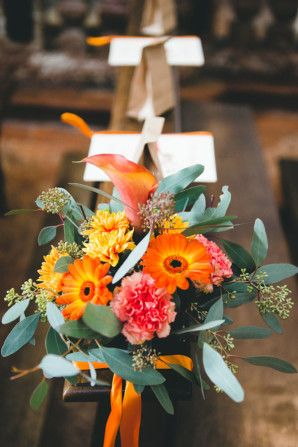 fall wedding church decoration with orange gerbera daisies, calla lilies and carnations http://weddingwonderland.it/2015/07/matrimonio-autunnale-rustico.html