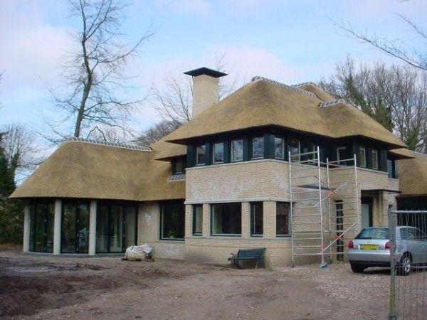 Moderne villa met riet rietdekkersbedrijf de rietdekker house style pinterest villas and met - Moderne kleur huis ...