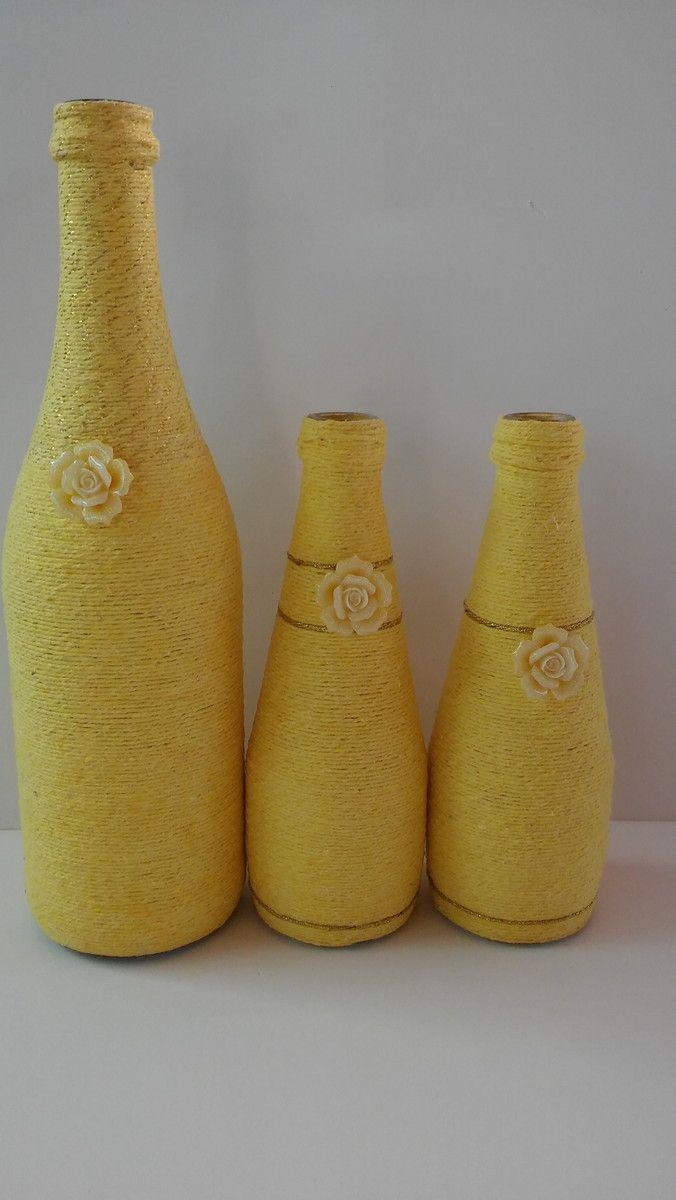 Garrafas feitas de barbante na cor amarela. Excelente para decorar seu ambiente e torná-lo exclusivo!  Tamanho das garrafas: 01 com 29 cm e 02 com 19 cm  *Flores não incluídas, vendidas separadamente em nossa loja.