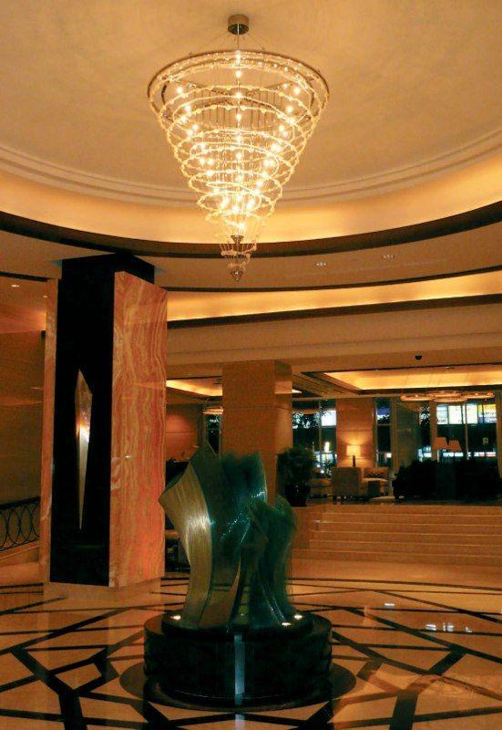 Большая современная люстра для рецепшина отеля http://www.lustra-market.ru/blog/bolshaya-sovremennaya-lyustra-dlya-retsepshina-otelya/